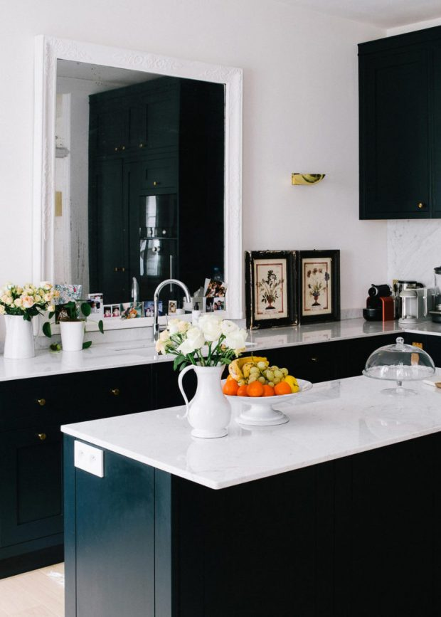 chic-but-casual-black-and-white-kitchen-in-paris-via-coco-kelley-768x1075