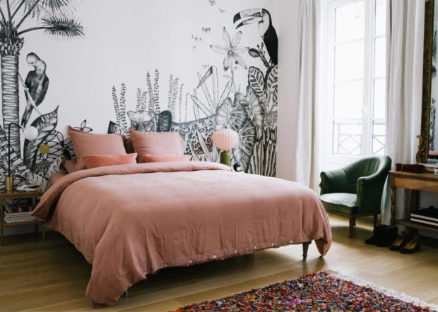 pink-linen-sheets-and-a-black-and-white-jungle-mural-in-the-bedroom-a-happy-chic-parisian-apartment-tour-via-coco-kelley-768x548