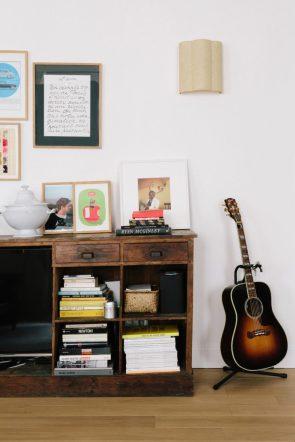 unfussy-shelves-a-happy-chic-parisian-apartment-tour-via-coco-kelley-768x1152 (1)