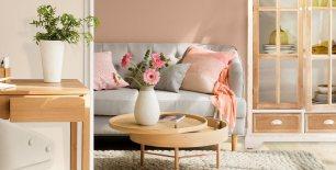 salon-con-pared-rosa-y-sofa-gris-con-mesa-de-centro-consola-y-armario-en-madera-clara_1273x645_8c244b96