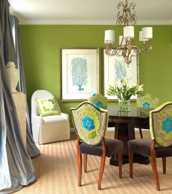 wandfarbe-in-gr-C3-BCn-farbideen-wandgestaltung-kronleuchter-esstisch